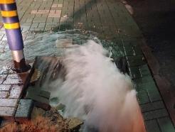 부산 구남역 앞 인도에 50cm 싱크홀…아스팔트 복구 공사 중(종합)