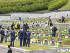[사진] 5·18 묘지 찾은 참배객들