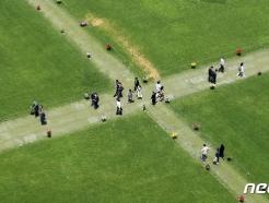 [사진] 푸른 잔디를 걷는 시민들
