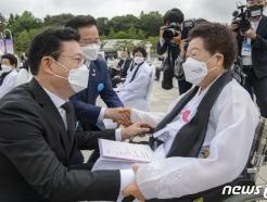 [사진] 오월 어머니 찾은 송영길 대표