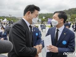 [사진] 악수하는 송영길-김기현