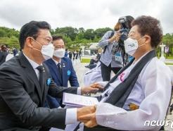 [사진] 오월 어머니 만난 송영길 대표