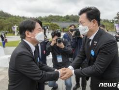 [사진] 악수하는 안철수-송영길