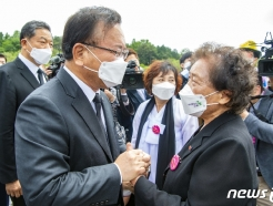 [사진] 이한열 열사 어머니 만난 김부겸 총리