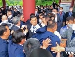 [사진] 항의 속 기념식 참석하는 문흥식 5·18부상자회장