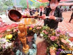 [사진] 부처님 오신날 앞둔 관불의식