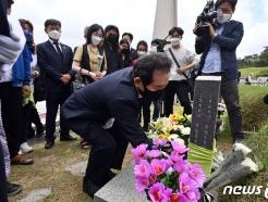 [사진] 헌화하는 정세균 전 총리