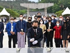 [사진] 미얀마 유학생들과 5·18참배하는 정세균 전 총리