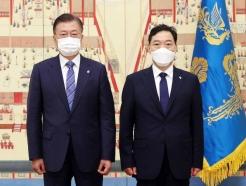 '정의·인권·신뢰'…김오수 검찰총장 꽃다발에 담긴 文메시지