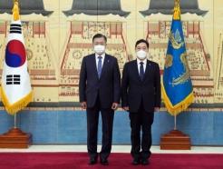 """文, 김오수에 임명장 """"공정한 검찰로 거듭나는데 큰 역할 해달라"""""""