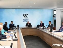[사진] G7 정상들과 실무회의 참석한 문 대통령