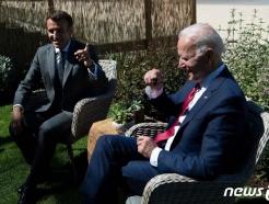[사진] 웃으며 회담하는 바이든과 마크롱 대통령