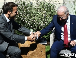 [사진] 마크롱과 회담서 악수하는 바이든 대통령