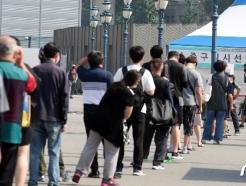 [사진] 코로나19 검사 받기 위해 줄서는 시민들