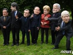 [사진] G7 정상 가면 쓰고 풍자하는 NGO 활동가들