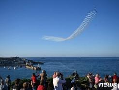 [사진] G7 정상회의 축하 곡예 비행 구경하는 英 시민들