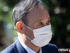 [사진] 마스크 쓰고 G7 정상회의 실무회의 도착하는 스가
