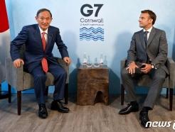 [사진] G7 정상회의 중 마크롱과 회담하는 스가 총리