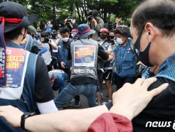 [사진] 집회 위한 장비 옮기는 노동자들