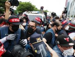 [사진] 한데 뒤엉킨 경찰과 택배 노동자들