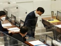 [사진]시장서울시의회 본회의 참석하는 오세훈