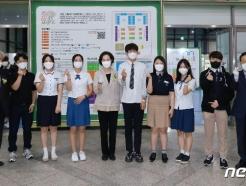 [사진] 학생들과 기념촬영하는 유은혜 부총리