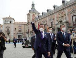 코로나後 스페인 첫 국빈 文대통령, '황금열쇠' 선물받아