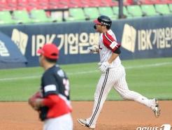 [사진] LG 문보경 '2점 홈런 쾅'
