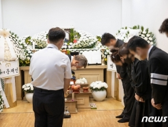 """[사진] 이재명 """"가슴 아프다""""…'이천 화재' 고 김동식 구조대장 빈소 조문"""