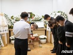 """이재명 """"가슴 아프다""""…'이천 화재' 고 김동식 구조대장 빈소 조문"""