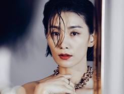 김서형, 가슴선 드러낸 패션+레드 립 '아찔'…독보적 아우라