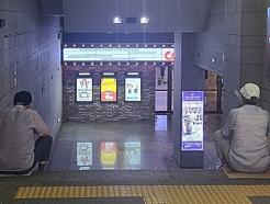 """지하철역 계단에 2~3명씩, 폭염 피하는 어르신들 """"여기가 시원해"""""""