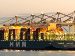 <strong>HMM</strong> 초대형 화물선 20척이 실어 나른 컨테이너박스 길이는?