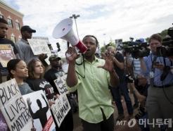 美 백인 경찰, 개가 흑인 남성 물게 해…'과잉 진압' 또 논란