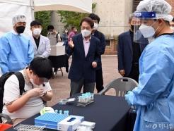 [사진]학교 신속 PCR 검사 확인하는 조희연 교육감