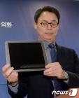 태블릿PC 공개하는 이규철 대변인