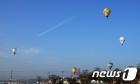 파란 하늘로 날아오르는 열기구들