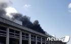 화재로 연기에 휩싸인 파주 LG디스플레이 공장
