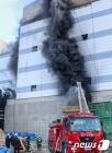 파주 LG디스플레이 신축현장 화재 진압하는 소방대원들
