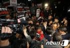 TV조선 압수수색 시도하는 경찰, 기자들과 대치