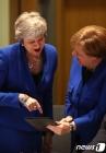 활짝 웃으며 얘기하는 메이 총리와 메르켈 총리