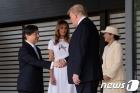 나루히토 새 일왕과 굳게 악수하는 트럼프