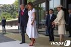 트럼프 부부 전송하는 나루히토 새 일왕 부부