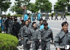 '유해물질 유출 훈련' 대피하는 직원들