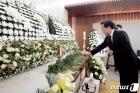 정두언 전 의원 빈소서 헌화하는 손학규 대표
