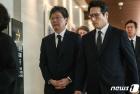 고 정두언 전 의원 발인식 참석하는 유승민-정병국 의원