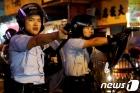 홍콩 경찰 시위대에 첫 실탄 발사, 물대포도 동원