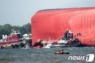 골든레이호 한국인 선원 구조작업 벌이는 美 해안경비대