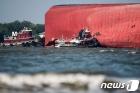 美 해안경비대의 한국 車 운반선원 긴박한 구조작업