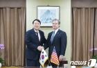 윤석열 검찰총장, 美 FBI 국장과 환담